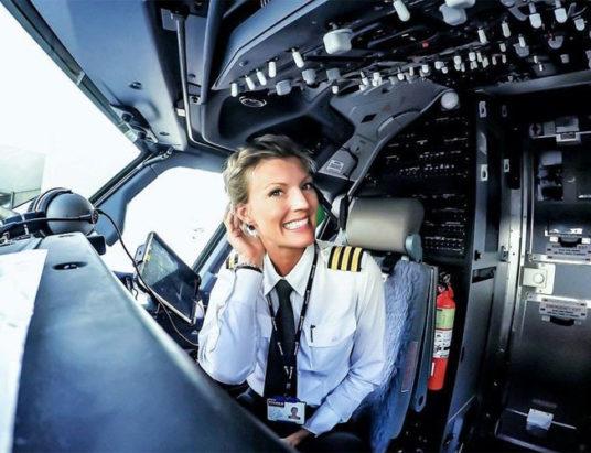 женщина, пилот самолета