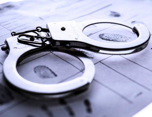 преступник, наручники уголовный розыск