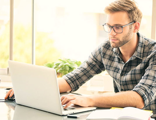 мужчина работает на компьютере, ноутбук