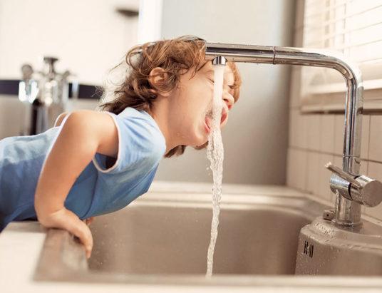 вода, девочка воду пьет