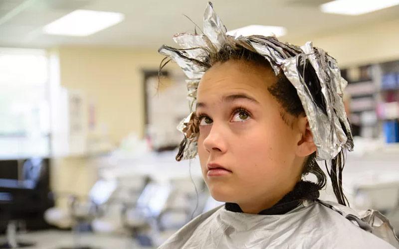 подросток, красит волосы