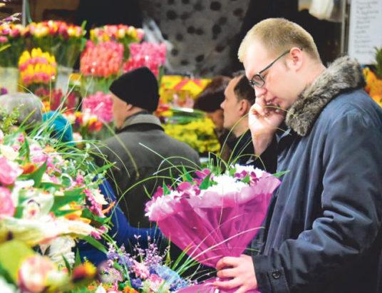 цветы, человек покупает букет